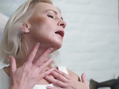 Skinny MILF Artemia Solo Boxing-match