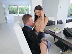 Eliza Ibarra gets her racy pussy pounded before an banner facial